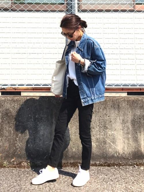 春や夏には暑苦しくなってしまいがちな黒パンツも、白スニーカーと合わせると、すっきりさわやかに見えます!THE!白スニーカーマジック☆インナーのTシャツやバッグも白で合わせて、よりさわやかさをプラスしましょう♪