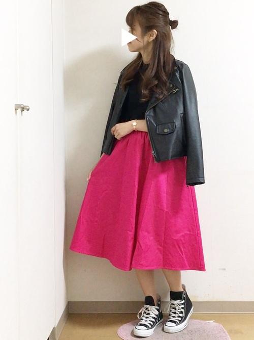 着こなしが難しそうなショッキングピンクのスカートは、インナー、ジャケット、スニーカーを全部黒で合わせて引き締めましょう!スカート以外が控えめなので、うるさすぎず、大人女子でも上品に着こなせます◎パンプスだと決まりすぎちゃうコーデも、スニーカーのおかげで、程よい抜け感になっていますね!