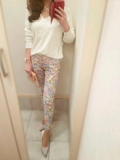 ペールカラーの素敵なパンツ。シンプルな白いトップスと合わせると爽やかな印象を与えてくれてGOOD!