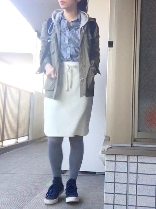 白のスカートと合わせて。ネイビーをきかせた春にぴったりのマリン風コーデ。
