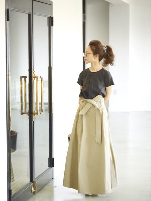 こちらもウエスト部分をリボンで結ぶタイプのスカートですね。フルレングスなのもボリュームがあって素敵です。高めの位置のポニーテールも似合っていますね。