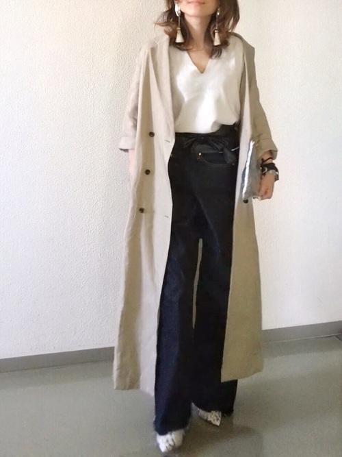 黒×白のモノトーンコーデには、ベージュのトレンチコートを羽織るのがおすすめ☆黒にもピッタリ、白にもピッタリ、コーデが明るくまとまります!