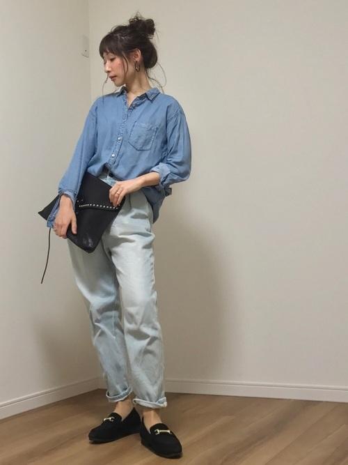 シンプルなデニムパンツは淡い色合いでガーリーに。裾は、ルーズにロールアップして抜け感のあるコーデ。