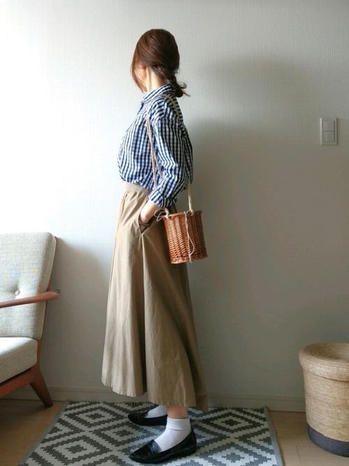 ベージュのロングスカートと合わせてきれいめにまとめたカジュアルコーデ。オフのお出かけスタイルにぴったり♪