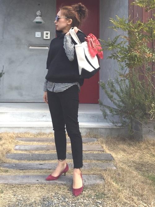 ニットと合わせて柄を見え方抑えた大人の着こなし。足元に赤のパンプスでコーデにフェミニンさをプラス。