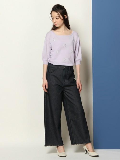 流行のワイドパンツは、裾が切りっぱなしの「カットオフデニム」。トレンド感満載のデニムパンツでまわりと差をつけたコーディネートを。