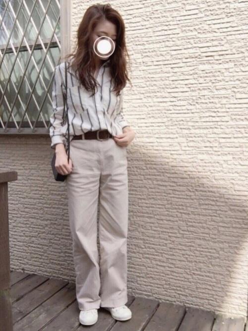 着やせ効果もあるストライプシャツは大人女子の味方♡ベージュのチノパンと合わせてマニッシュな着こなしを作っています。太めのブラウンのベルトもポイントですね。