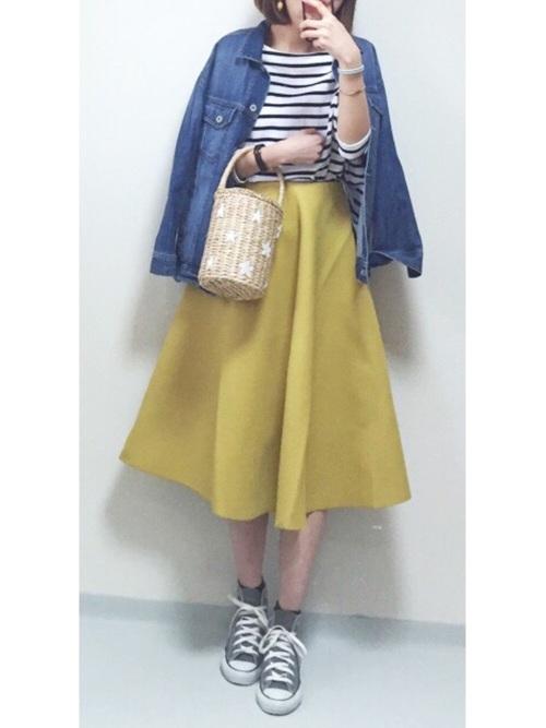 明るい黄色のスカートとボーダートップスで、かわいらしく決めたコーデ。グレーのスニーカーは、黒ほどきつい引き締め感ではなく、また、白ではかわいくなりすぎてしまう部分も、やさしくまとめてくれますね。