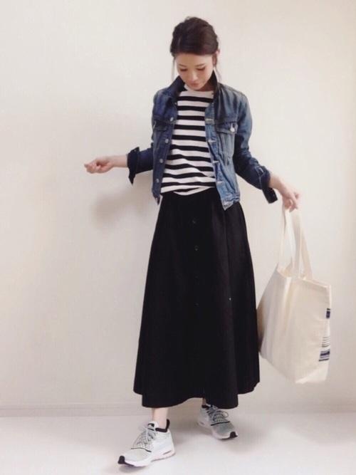 シンプルで飽きがこないデザインのロングスカート。ボーダートップス&デニムジャケットとコーデすれば、大人カジュアルな着こなしが完成します!