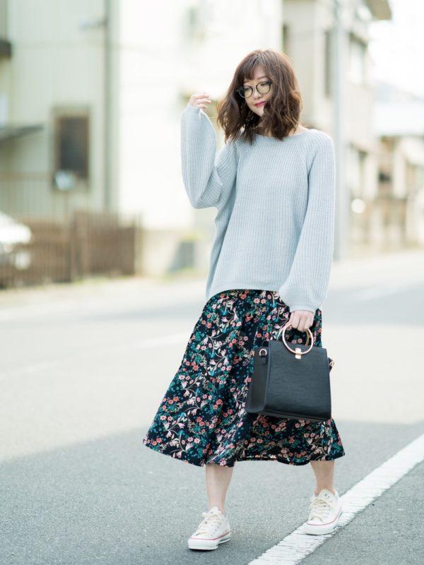 大人可愛い花柄アイテムコーデ。ビッグサイズのニットと花柄スカートを合わせて、ラフでフェミニンな雰囲気が素敵ですね。力が抜けたスタイルが新鮮!!バッグは、かっちり感のあるタイプに。足元はスニーカーで外しを効かせて。