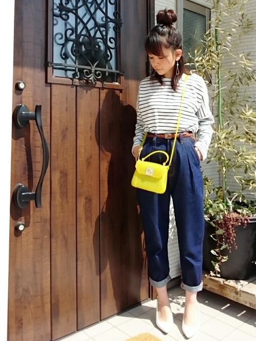 きれいめマリンスタイルに蛍光イエローのショルダーバッグで、元気さと遊び心をプラスしています。明るい春の光に似合うコーデです。