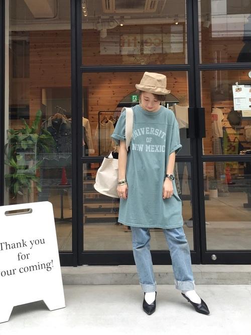 ロングTシャツのワンピースにデニムパンツというオーソドックスな着こなしも、パンプスを合わせてみると、大人女子風おしゃれなOutfitに変わります。