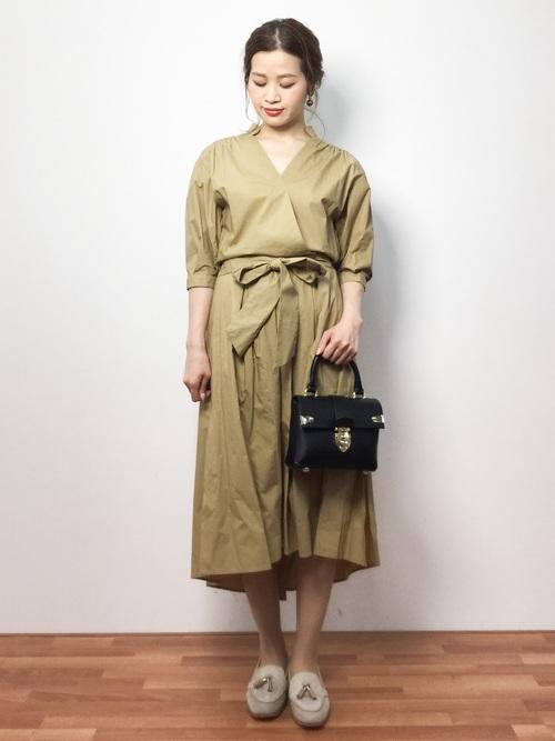 1枚でさらりと着られるワンピースは女性の味方。バッグや靴など小物でほかの人と差をつけて。