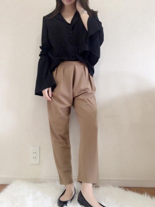 ポインテッドバレエシューズなら、ヒールはなくてもポインテッドトゥで女性らしい印象に♡今年のトレンド、フレアスリーブのシャツと合わせてもキメすぎないスタイルになります♡