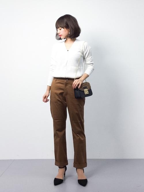 オフィスにもOKなシンプルでコンサバなスタイルはミニバッグで華やかさをプラス。ウエストインで足長効果を狙って。