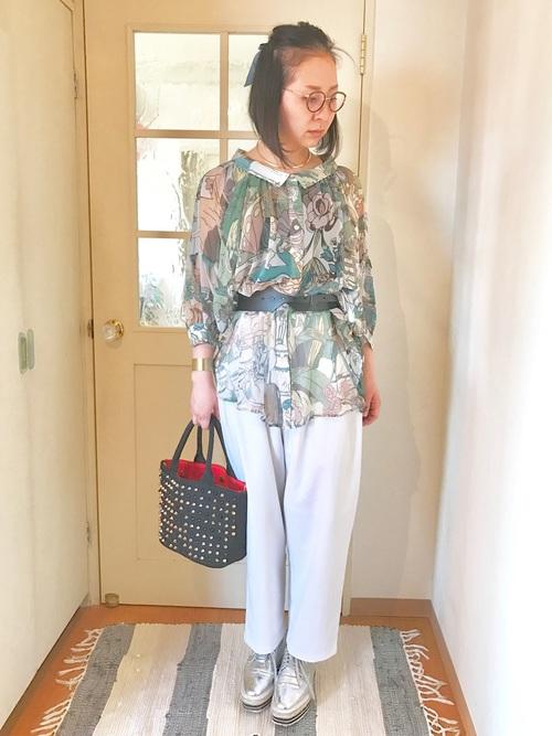 レトロな派手柄シャツも白パンツと合わせればすっきりと見せられます。シルバーの靴の組み合わせもオシャレですね。