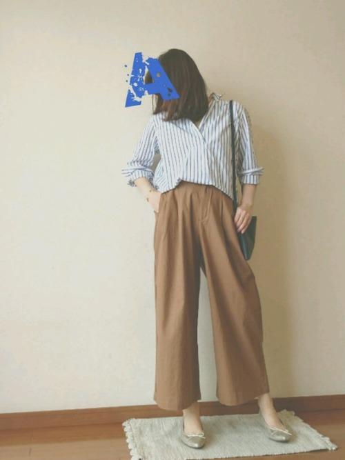 ワイドパンツにシャツというゆるコーデも、シルエットがキレイだとだらしない印象になりません。