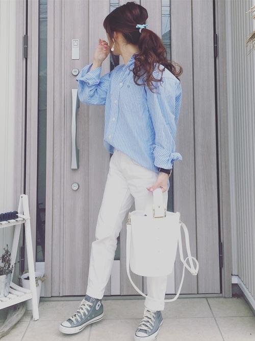 春夏の時期に大活躍するのが白のパンツ。汚れやすいのが難点ですが、GUのプチプラなら躊躇せず試せるかも?水色と合わせて爽やかに。