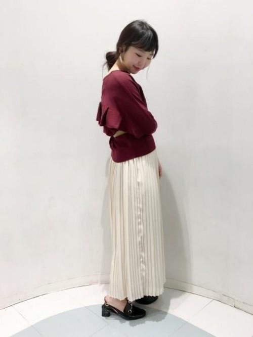 だらしない印象になりがちなロングスカートも、トレンドのプリーツ素材なら女性らしい印象に。