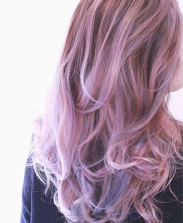 薄いピンクのヘアから、毛先のパープルのグラデーションが美しいロングヘア♡スイートですね!