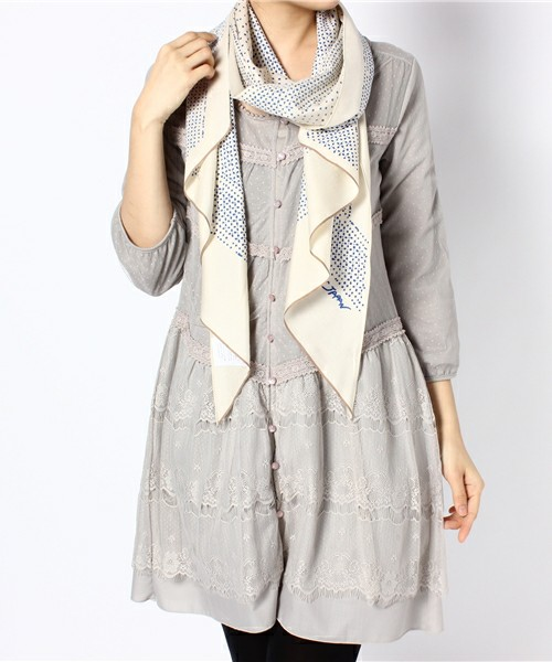 スカーフをさらっと首に巻いてもいいですね。水玉スカーフとチュニックワンピースは淡い色を重ねて上品に。