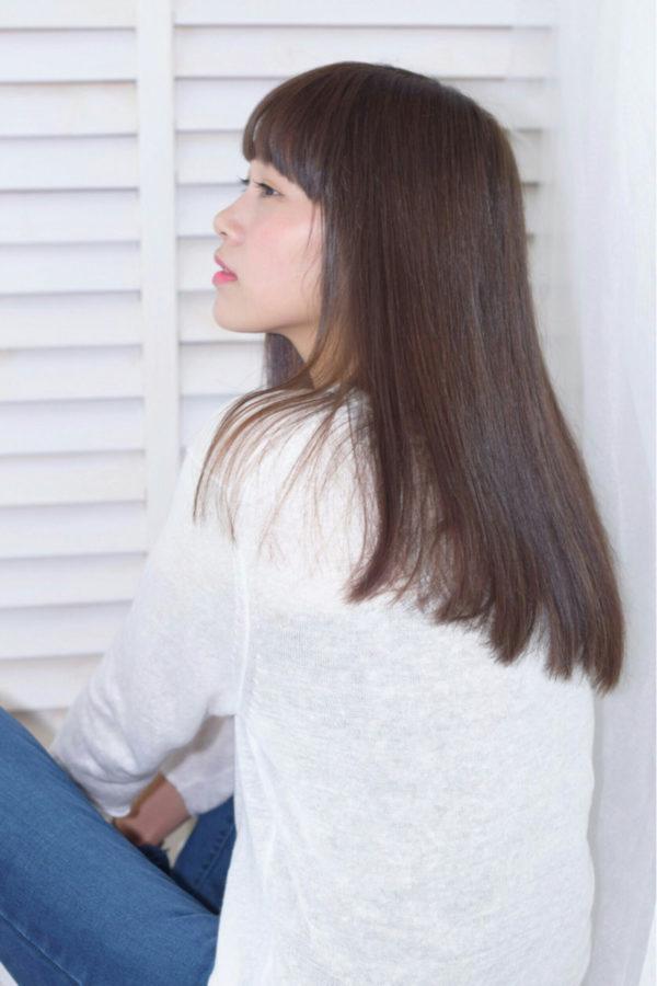 サラサラで指通りのよさそうなツヤツヤなロングストレートヘア。女性らしさが演出できるヘアスタイルですね。