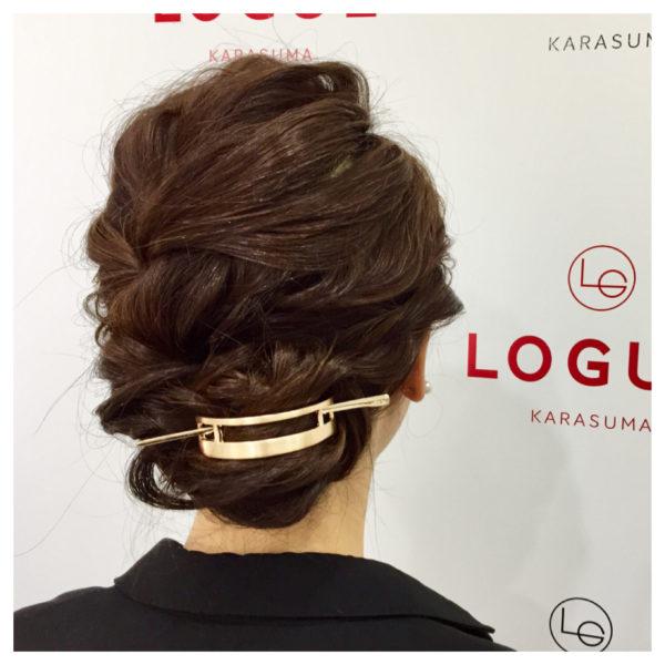 ルーズシニヨンが大人っぽいアレンジヘア。シンプルなゴールドマジェステで美人度UP!