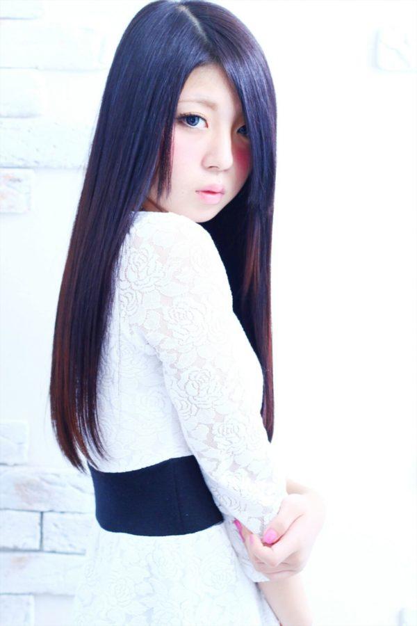 日本人形のような黒髪のロングストレートヘア。清楚な感じのするヘアスタイルは男性受けも抜群ですね。
