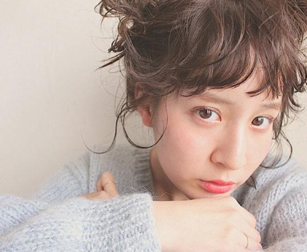 ベビーフリンジの前髪に後ろ髪をアップすることでフェミニンさが増し、天使のようにかわいい髪型ですね。