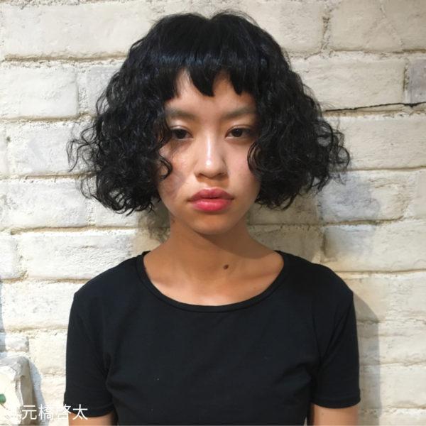 前髪も個性的な強めのパーマスタイル。量が多く、硬めの髪質の人に特におすすめ。前髪をストレートにしているので、ボリュームがありながらも重く見えすぎないのもいいですね。あえて暗めのカラーのほうがクールでかっこいいかも。