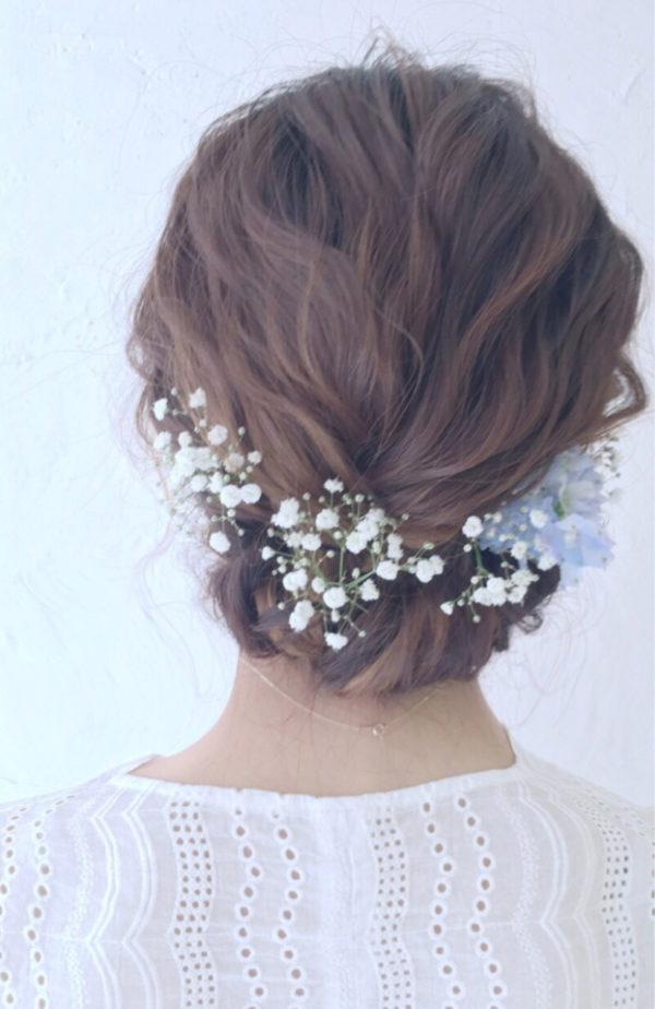 結婚式にもたくさん使われる本物のお花をヘアにあしらったスタイルは、お祝いの席に最高♡お花たちが自然な可愛さでヘアを彩ります。