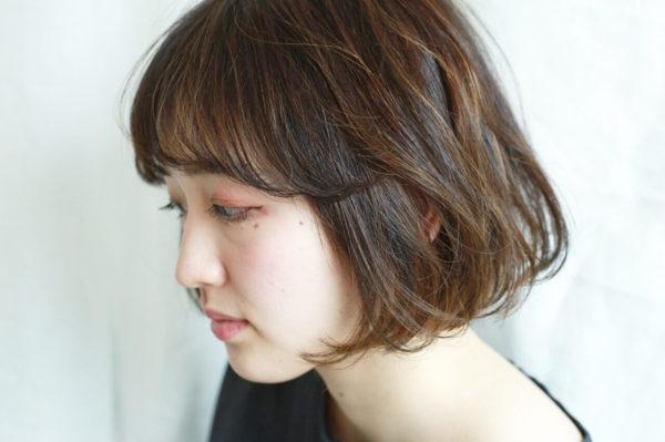 ローライトでゆるやかなカールをきれいに見せて。こまかなハイライトで髪に立体感を。