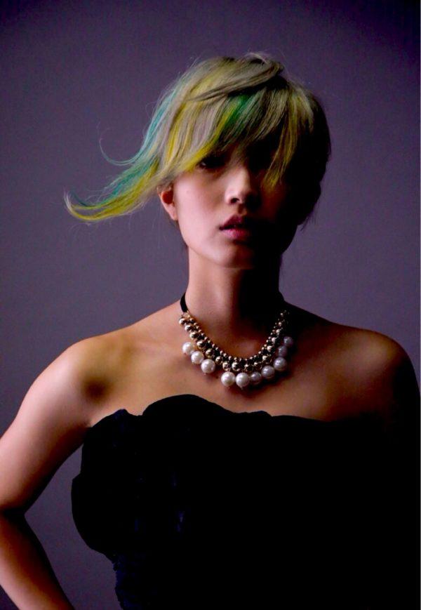 流れるような毛先のカットとアンニュイなカラーがクールなヘアスタイル!着る服をカッコ良くしてくれるヘア。