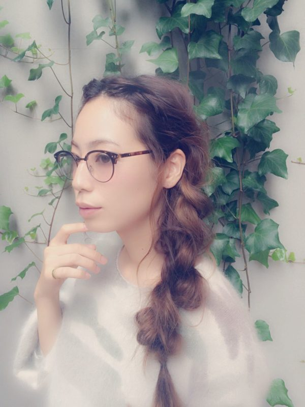 ロングヘアの方は、前髪をねじり編みしておでこを全開!輪郭全体をはっきりさせることで眼鏡に合うヘアアレンジになりますよ♪