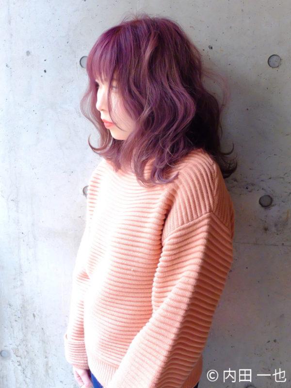 フワフワなウェーブヘアがロマンチックなヘアスタイル!少しピンクカラーの強いパープルが可愛い♡