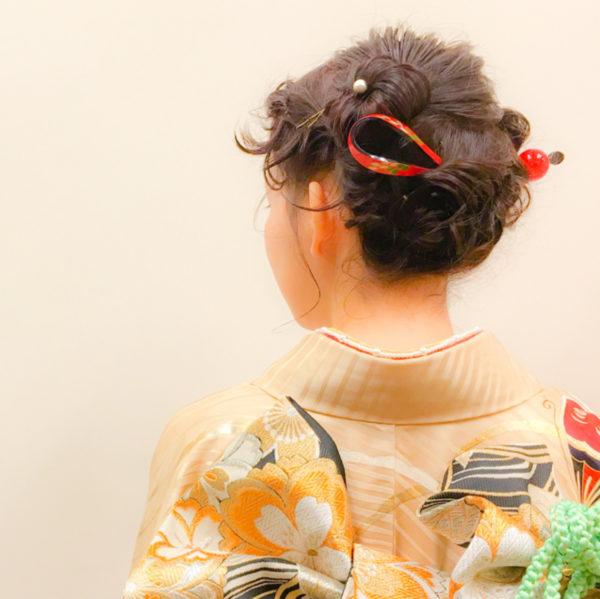 最近は和装に洋風ヘアを合わせるのも主流になってきているようです。ゆるふわな優しい印象のヘアで、和やかな時間をヘアでも表現しましょう♪