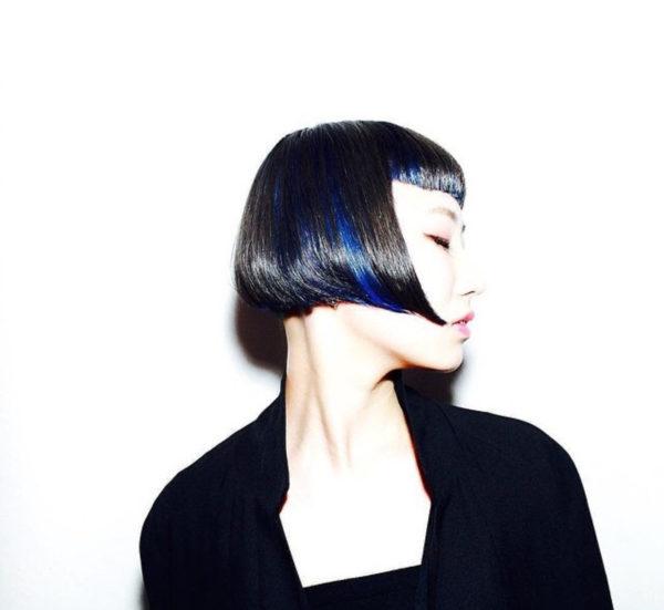 かっこいいブラックにブルーのラインが際立つスタイル。大人の女性を思わせるヘアスタイル。