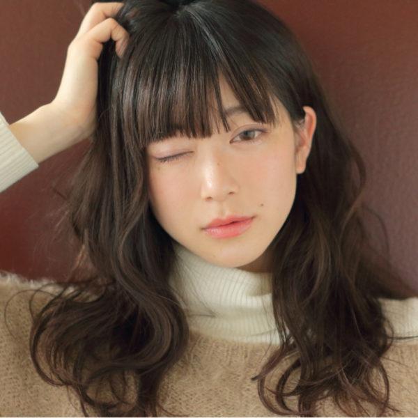 黒髪を愛用している人にとって、耳かけ動作は肌色が目立って良いポイントに♪