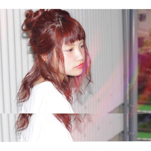 柔らかなカラーと緩い毛先のウエーブ、緩いハーフアップのヘアアレンジがアンニュイで可愛いですね。