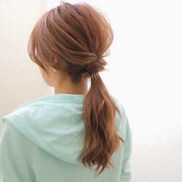 ふんわりとまとめたローポニーテールです。結び目に髪を巻きつけてゴムを隠すこともできますね。ゴールドピンでとめると上品さも演出できます。
