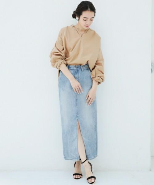 ビッグシャツにスリット入りのデニムタイトスカートの大人コーデには華奢なストラップサンダルを。シンプルコーデなのでブラックが合わせやすい。