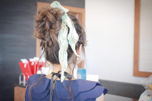 ファッショントレンドアイテムともなっているスカーフを取り入れたヘア。せっかくのお呼ばれヘアなら、スカーフも華やかな柄にこだわってみては?