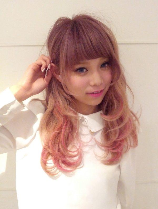 明るいシアーベージュヘアに毛先だけピンクのメッシュを入れた甘くてガーリーでキュートなヘアスタイル!