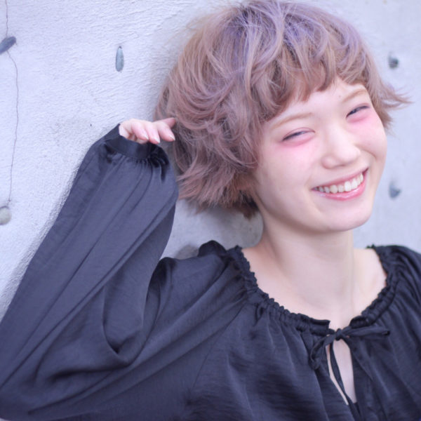 毛先を外ハネにして、全体的にクシュクシュと感じに。髪色も明るくして外国人風に。