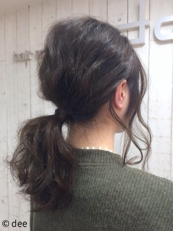 波ウェーブをかけてローポニーテールにすれば、ふんわりと可愛らしいシルエットとなりますね。おくれ毛を残すことでこなれ感を出すことも。