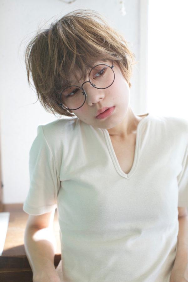 くせっぽい無造作ヘアで眼鏡の似合うナチュラル女子風に!春らしいエアリー感が満載のショートは男子だけでなく女子からも支持されること間違いなしです♪
