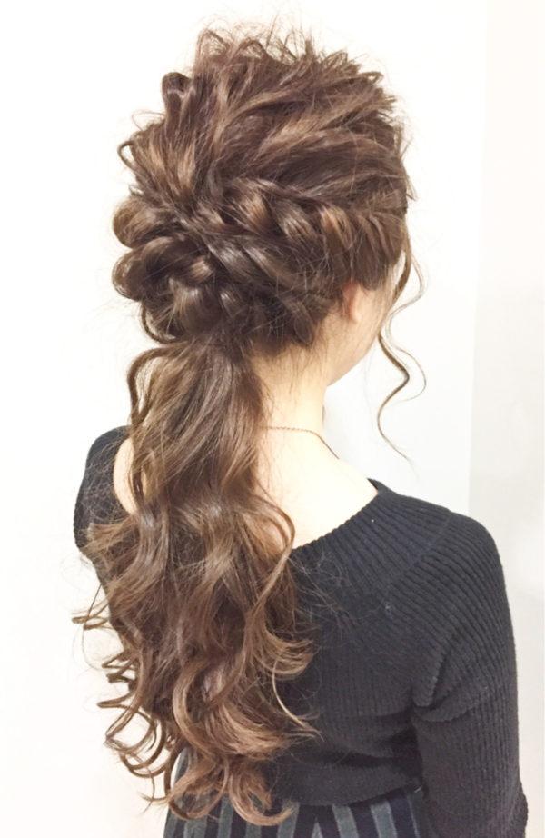 ローポニーテールは結婚式にもおすすめです。波ウェーブに巻き髪もプラスすれば、ゴージャスな雰囲気となります。