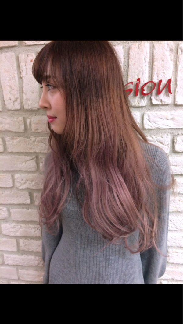 毛先のくすんだピンクがスイートで素敵ですね!こちらも派手すぎるのが苦手な方にお勧めの女性らしいヘアです♪
