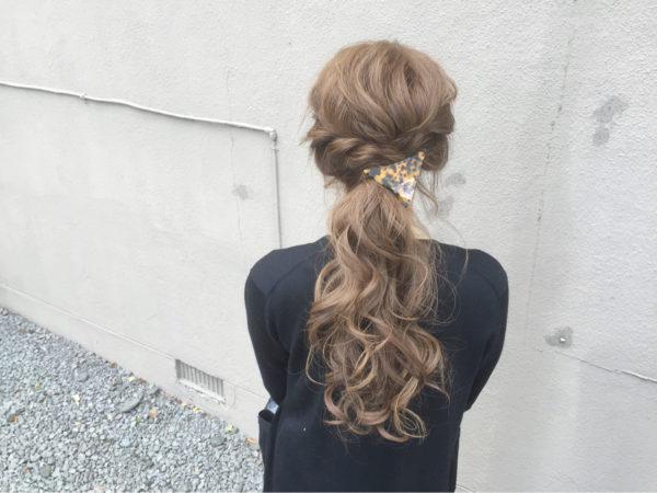 ふわふわとした髪が可愛らしいローポニーテールは、大きめの三角バレッタを結び目につけてアクセントに。ゆったりとした大きめの編み込みを加えると華やかな仕上がりとなりますね。