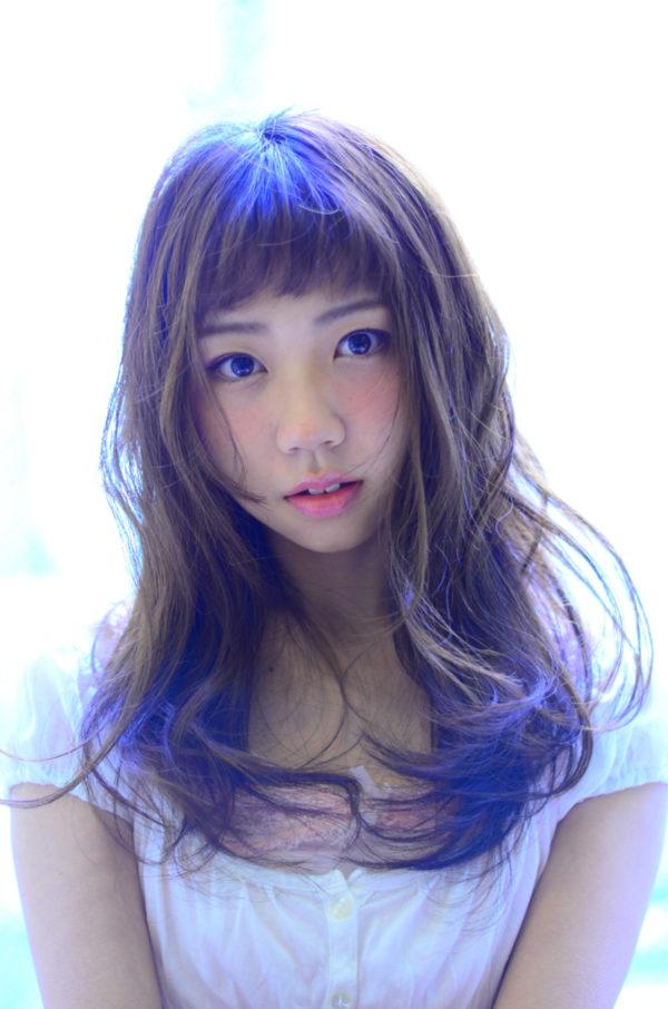 サイドの髪量を多めにすることで、小顔効果抜群のスタイルです!眉上の前髪がとってもキュートで女の子らしい印象に♡